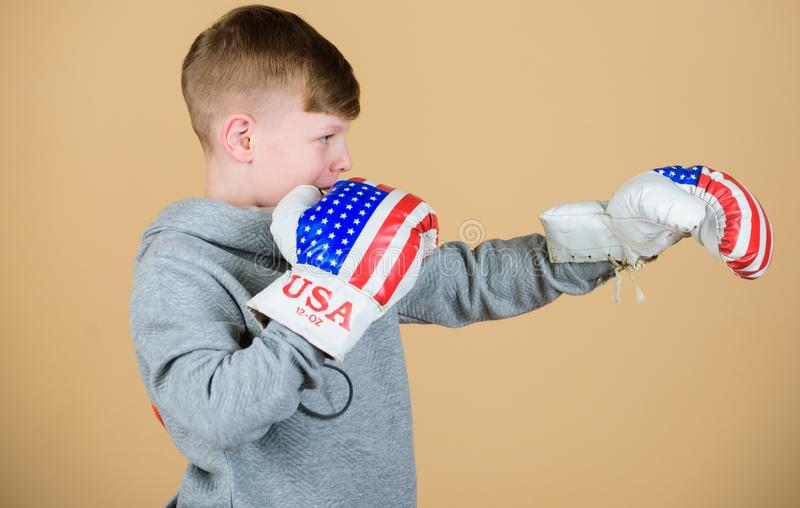 Ordna till f?r att munhuggas S?kert i hans styrka Starta att boxas karri?r Handskar f?r boxning f?r pojkeidrottsmankl?der med USA arkivfoton