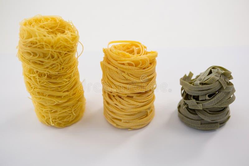 Ordnad olik pasta i rad arkivfoto