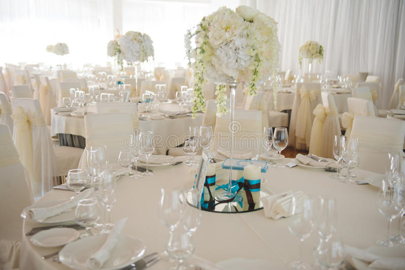 Ordnad tabell med blommor royaltyfri foto