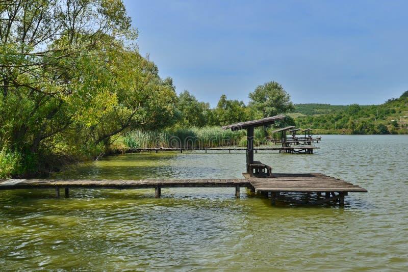 Ordnade fiskeställen på sjön från den Hanul Pescarilor restaurangen i Oradea royaltyfri bild