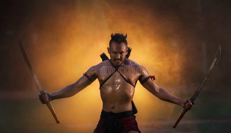 Ordnar till hållande svärd THAILAND för den forntida krigaren stridighet royaltyfria bilder