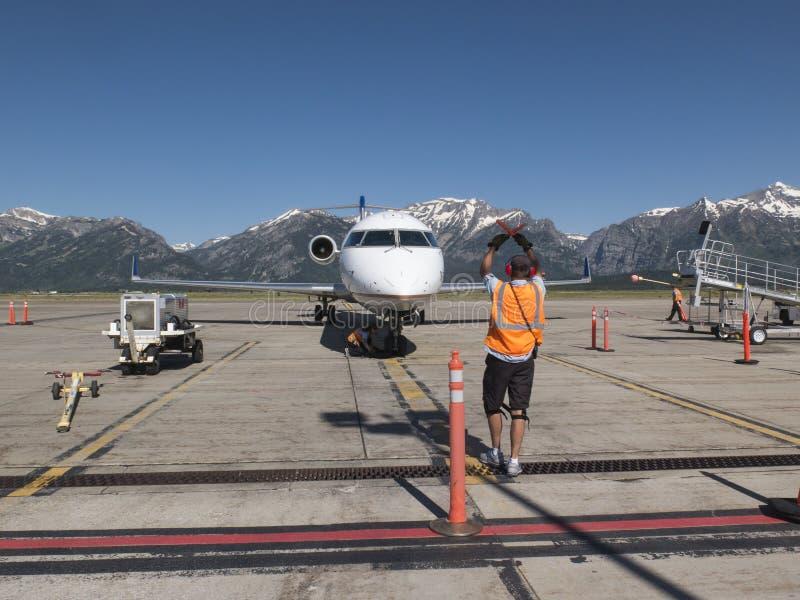 Ordnen eines Flugzeuges in Jackson Hole, Wyoming-Flughafen stockbilder