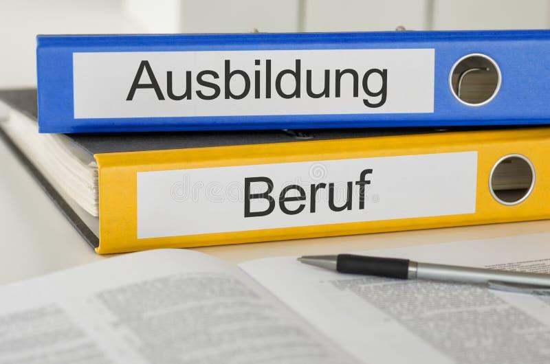 Ordner mit dem deutschen Aufkleber Ausbildungs-und Beruf - Training und Beschäftigung stockfotos
