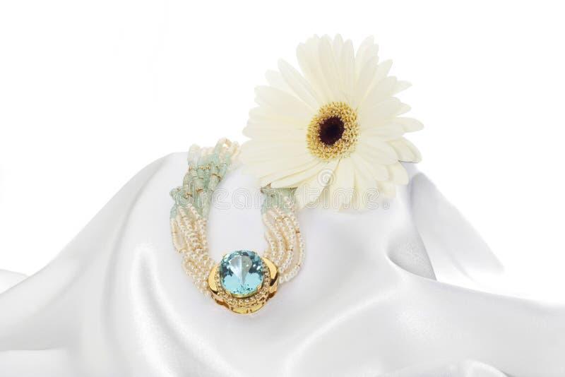 Ordning av blomman med ädelstenen royaltyfri bild