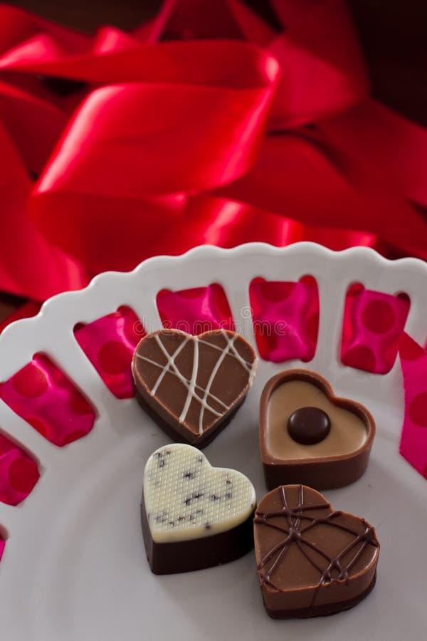 Ordning av hjärta formade choklader royaltyfri fotografi