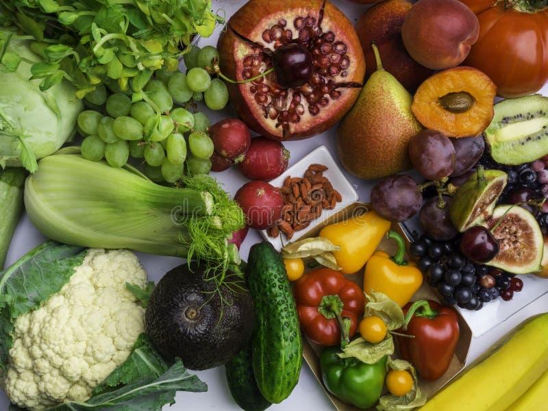 Ordning av olika färgrika smakliga grönsakfrukter som är rika i vitaminet, antioxidantsbakgrund horisontal sund mat royaltyfri foto