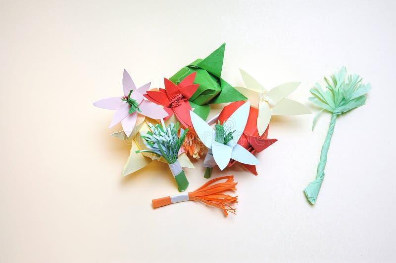 Ordning av pappers- blommor arkivbild
