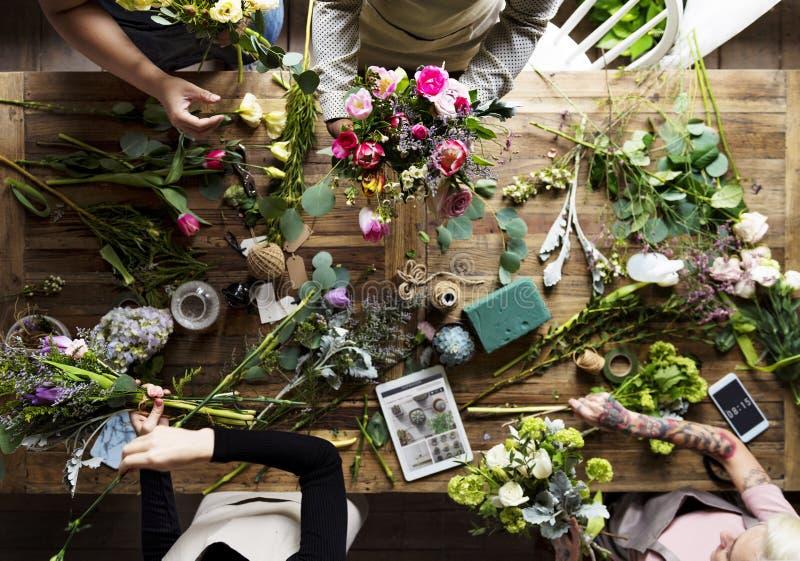 Ordning för blomsterhandlareMaking Fresh Flowers bukett royaltyfria foton