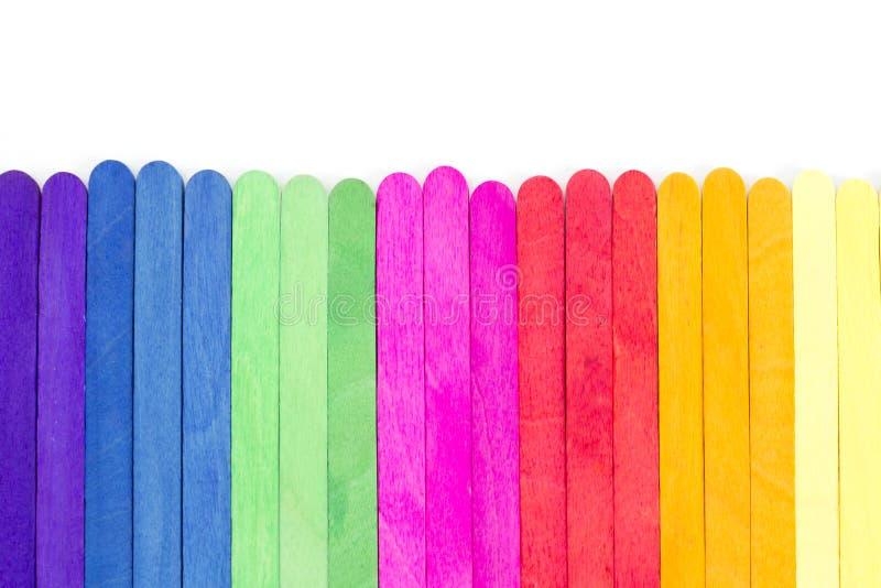 Ordningen av trä i olika färger arkivfoto
