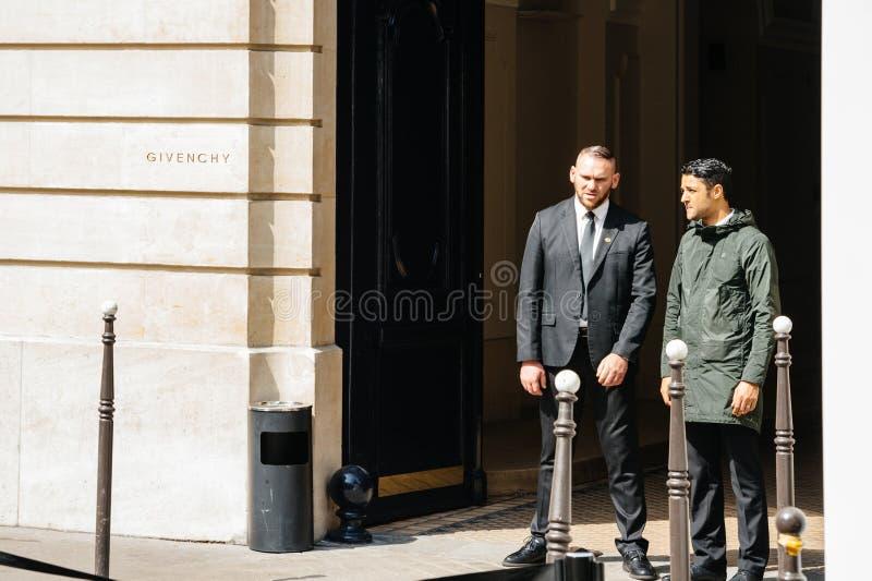 Ordningsvakter på ingången av det Givenchy lagret royaltyfri foto
