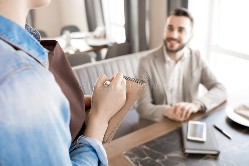 Ordre d'écriture de serveuse de client en café images stock