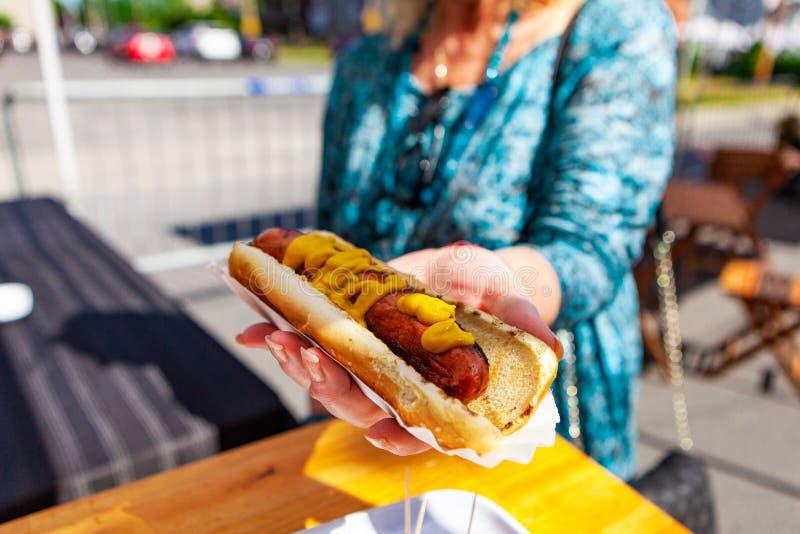 Ordre d'un hot-dog au marché photo libre de droits