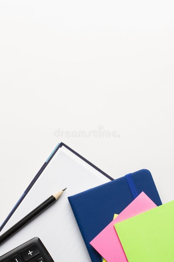 Ordre du jour et carnet avec le crayon, la calculatrice et le bloc-notes sur le fond blanc image stock