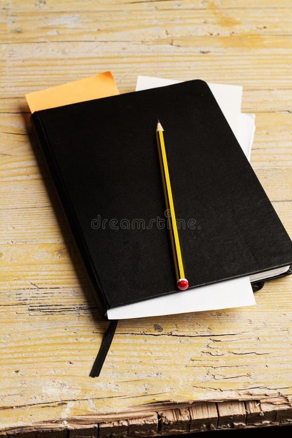 Ordre du jour et crayon de travail images stock