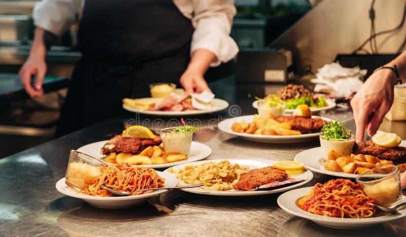 Ordres de nourriture sur la table de cuisine dans le restaurant photos libres de droits