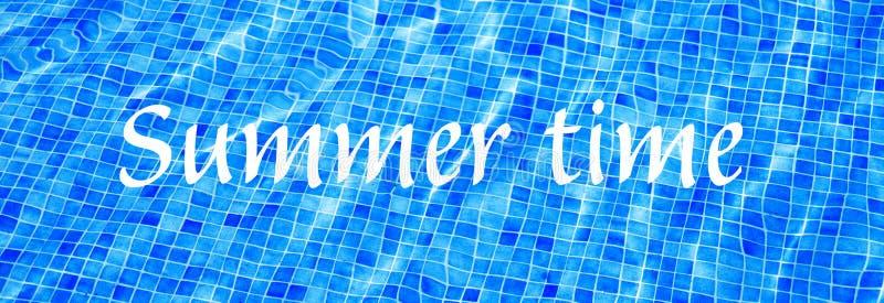 Ordsommar Tid på blått rivit sönder baner för semester för sommar för vattenbakgrundssimbassäng arkivbilder