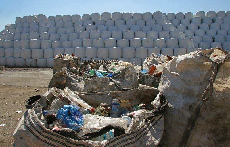 ordures Balles d'emballage avec les déchets avec des machines de tracteur, endroit pour faire des balles avec des déchets, balles image libre de droits