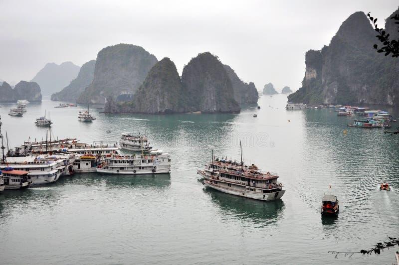 Ordures de touristes dans la baie de Halong, Vietnam images libres de droits