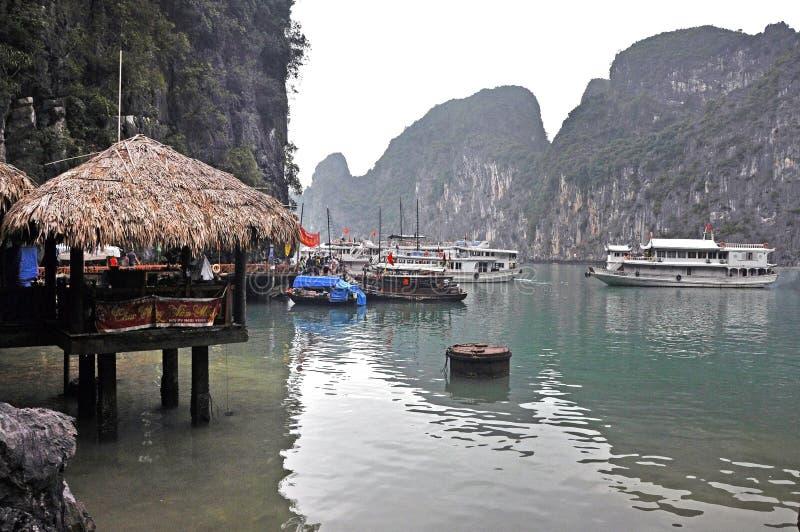 Ordures de touristes dans la baie de Halong, Vietnam photo stock