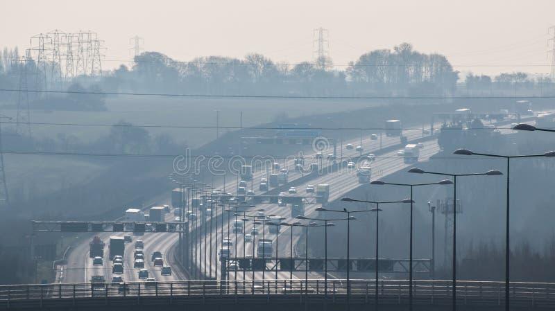 Ore britanniche dell'autostrada in fretta e furia, in un pomeriggio nebbioso fotografia stock