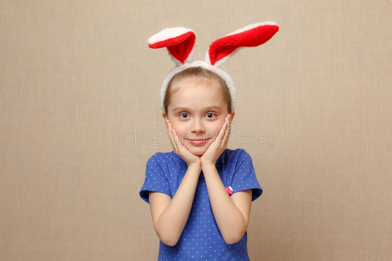 Orecchie d'uso del coniglietto della ragazza sveglia del piccolo bambino sul giorno di Pasqua fotografia stock libera da diritti
