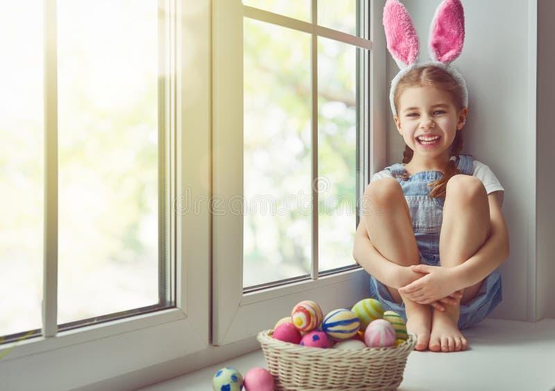 Orecchie da portare del coniglietto della ragazza immagine stock libera da diritti