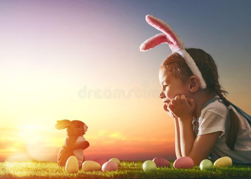 Orecchie da portare del coniglietto della ragazza fotografia stock