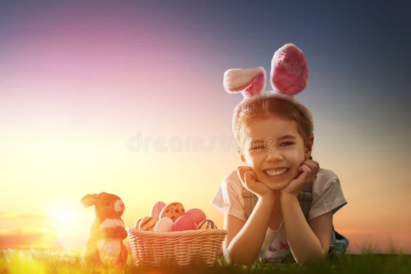 Orecchie da portare del coniglietto della ragazza immagine stock