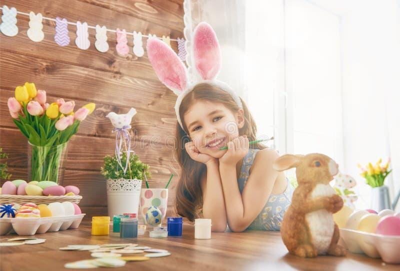 Orecchie da portare del coniglietto della ragazza immagini stock