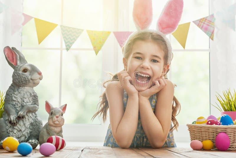 Orecchie da portare del coniglietto della ragazza immagini stock libere da diritti