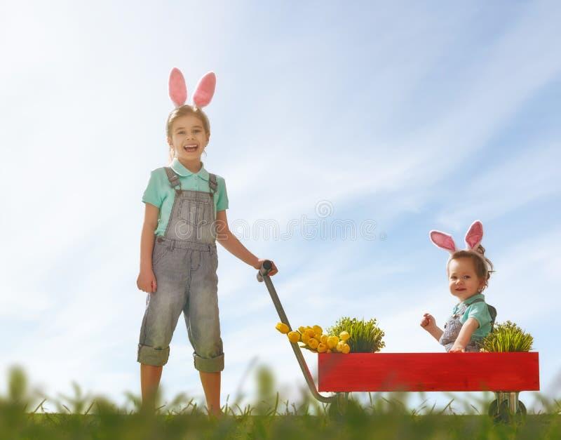 Orecchie del coniglietto di usura dei bambini immagini stock