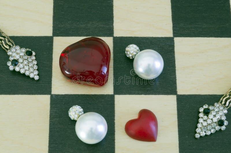 Orecchini bianchi con i cristalli e gioielli sotto forma di serpenti fotografia stock