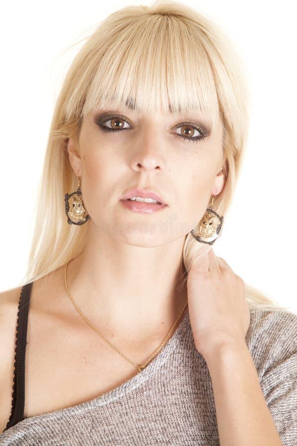 Orecchini commoventi del gufo del collo della donna fotografia stock libera da diritti
