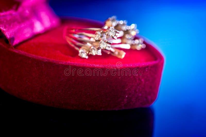 orecchini costosi dell'oro in scatola rossa fotografia stock