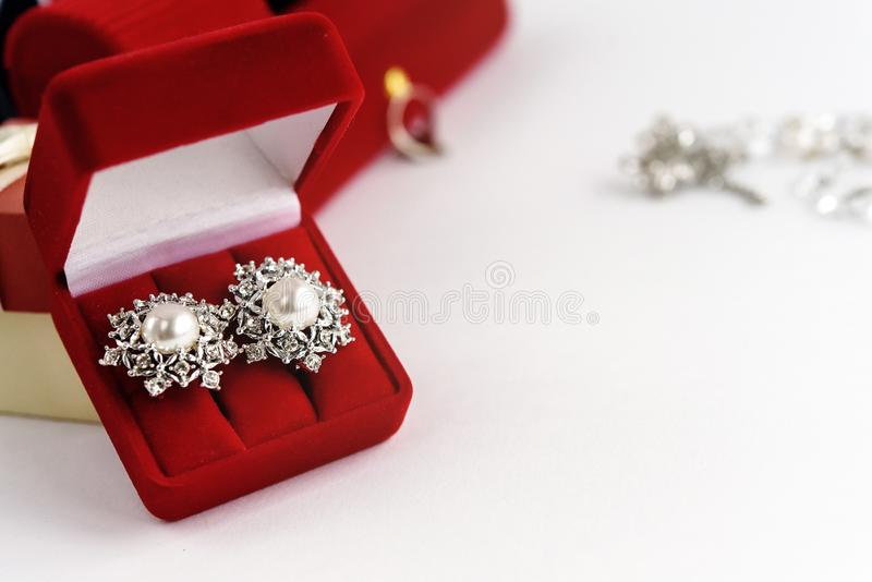 Orecchini d'annata di lusso in contenitore di regalo rosso su fondo bianco, pre fotografia stock libera da diritti