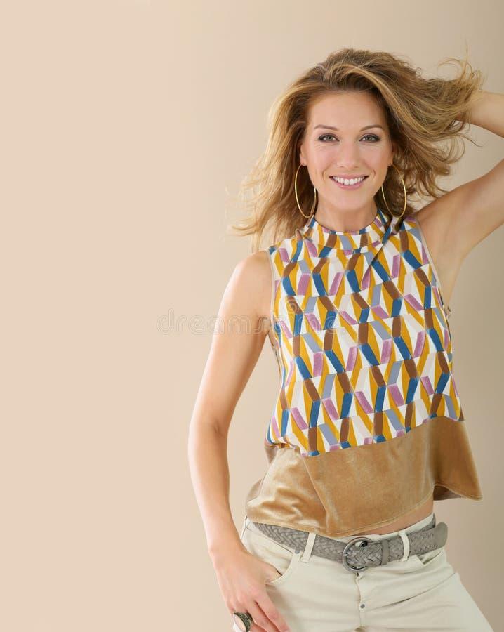 Orecchini wearring della donna attraente e vestiti alla moda immagini stock libere da diritti
