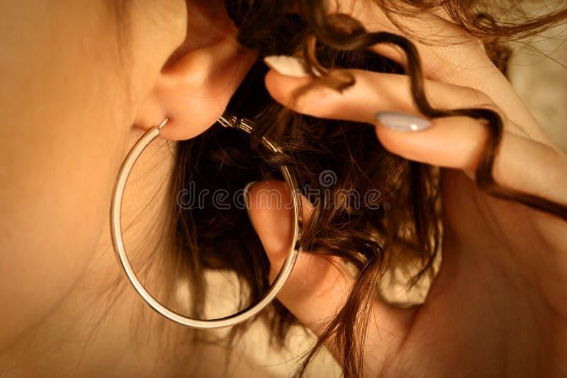 Orecchio con i capelli del ricciolo immagine stock
