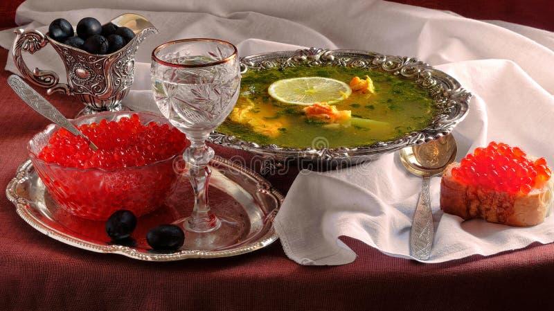 Orecchio del caviale di color salmone e rosso e di un vetro di vodka fotografia stock