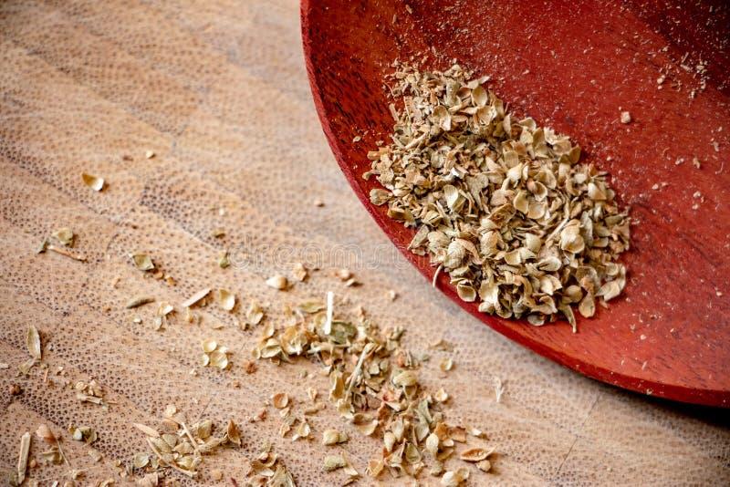 Oreganoflingor är en kulinarisk ört på träbakgrund royaltyfri bild