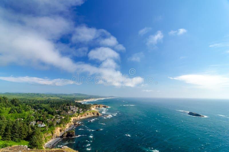 Oregon kust och blå himmel royaltyfria bilder