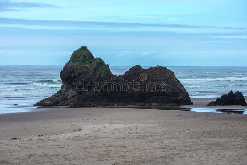 Oregon Rocky Structure Meets Sea arkivfoto