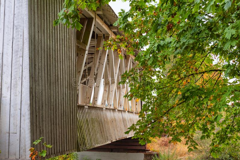 Oregon ` s Gilkey täckte brosikt längs sida arkivfoto