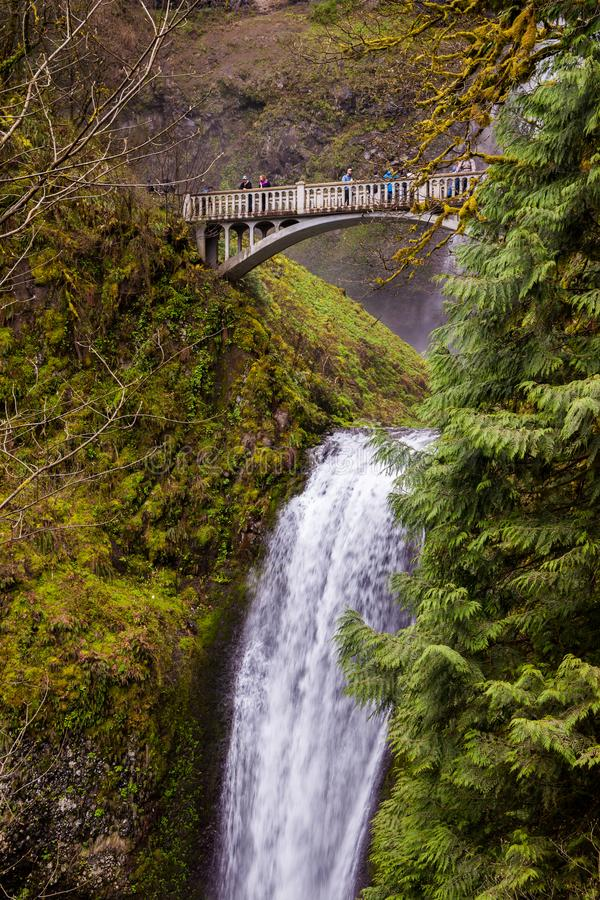 OREGON USA - APRIL 17, 2017: Bron över Multnomah nedgångar med turister i den Columbia River klyftan, Oregon arkivbilder