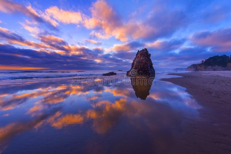 Oregon wybrzeże przy półmrokiem obrazy royalty free