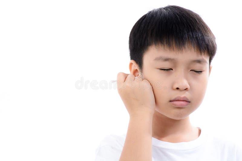 Oreille de cleannin de garçon par le bourgeon de coton image libre de droits
