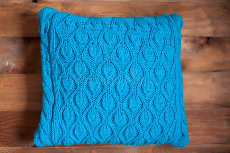 Oreiller bleu tricoté photos libres de droits