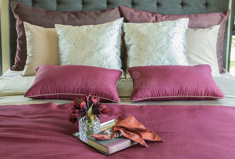 Oreiller coloré et plateau décoratif sur le lit images stock