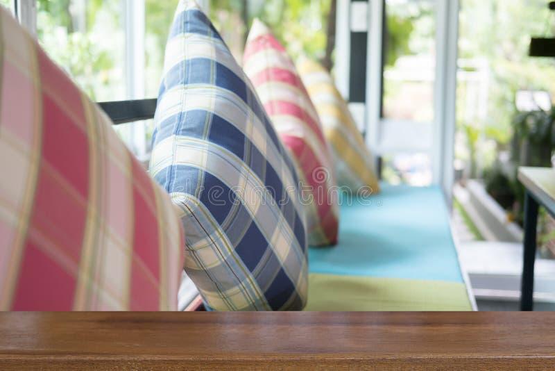 oreiller coloré sur la chaise en bois avec le coussin de tissu dans le restaurant photos libres de droits