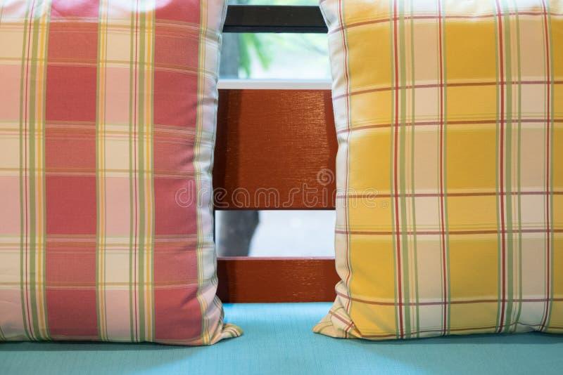 oreiller coloré sur la chaise en bois avec le coussin de tissu dans le restaurant photographie stock