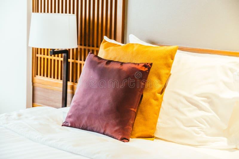 Oreiller confortable sur le lit images stock